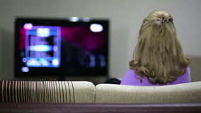 Hållande ögonen på TV för kvinna stock video