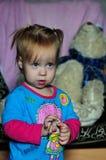 Hållande ögonen på TV för liten härlig flicka hemma royaltyfria bilder