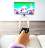 Hållande ögonen på TV för liten unge i vardagsrummet Fotografering för Bildbyråer