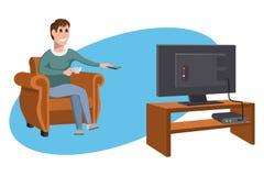 Hållande ögonen på TV för man på soffan man för kaffekopp Hållande ögonen på TV-serie för afton Inre av rummet med att sitta för  stock illustrationer