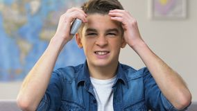 Hållande ögonen på tv för pojkefan som rotar för det favorit- sportlaget som förlorar i mästerskap lager videofilmer