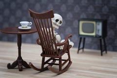 Hållande ögonen på tv för skelett Royaltyfri Foto