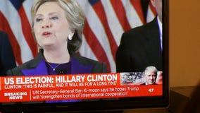 Hållande ögonen på TV för trumfpresidentkvinna efter USA-val som lyssnar till Hillary Clinton anförande arkivfilmer