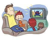 Hållande ögonen på TV med familjen Royaltyfri Bild