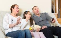 Hållande ögonen på TV-program för familj Arkivfoton
