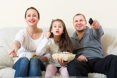 Hållande ögonen på TV-program för familj fotografering för bildbyråer