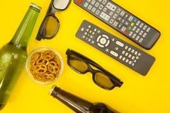 Hållande ögonen på TVbegrepp arkivbilder