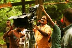 Hållande ögonen på video bildskärm för direktör på kameran, naturbakgrund, filmskyttefläck Arkivfoton