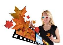 hållande ögonen på vit kvinna för tv 3d Arkivfoto