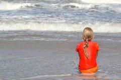 hållande ögonen på waves Royaltyfria Bilder