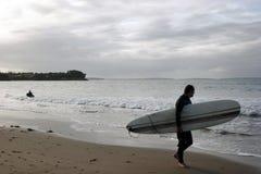 hållande ögonen på waves för strandsurfare Fotografering för Bildbyråer