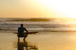 hållande ögonen på waves för surfare Royaltyfria Foton