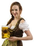 Hållande öl för Oktoberfest server Arkivbilder