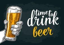 Hållande ölexponeringsglas för manlig hand Uthärdat för att dricka öl stock illustrationer