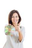 Hållande övre CD-SKIVA för kvinna eller cd och se kameran med t Royaltyfri Fotografi