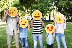 Hållande övre emojis för lycklig familj royaltyfri fotografi