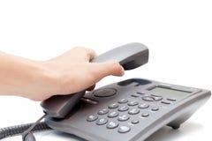 Hållande övre för man telefonmottagaren Arkivfoton