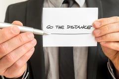 Hållande övre för personlig motivator ett vitt kort med en gå distancen royaltyfria foton