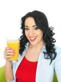 Hållande övre för ung sund kvinna ett nytt exponeringsglas av orange fruktsaft Arkivbilder