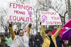 Hållande övre jämställdhettecken för kvinnor på kvinnors mars Royaltyfri Bild