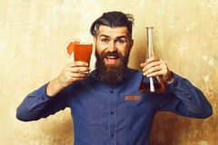 Hållande alkoholistskott för brutal hipster och glass rör eller flaska Arkivbild