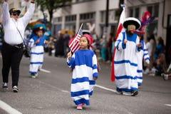 Hållande amerikanska flaggan för barn royaltyfri bild