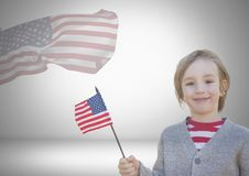 Hållande amerikanska flaggan för barn som är främst av en annan amerikanska flaggan Royaltyfria Foton