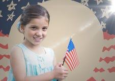 Hållande amerikanska flaggan för flicka mot den hand drog amerikanska flaggan med signalljuset Royaltyfri Fotografi