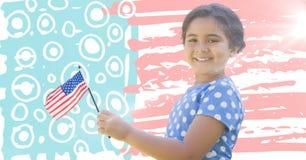Hållande amerikanska flaggan för flicka som ser upp med signalljuset mot den hand drog amerikanska flaggan Royaltyfri Bild