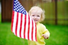 Hållande amerikanska flaggan för gullig liten flicka Royaltyfri Foto