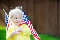 Hållande amerikanska flaggan för gullig litet barnpojke Royaltyfri Foto