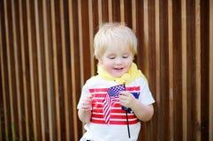 Hållande amerikanska flaggan för gullig litet barnpojke Royaltyfria Foton