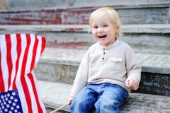 Hållande amerikanska flaggan för gullig litet barnpojke Fotografering för Bildbyråer