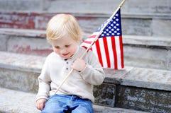 Hållande amerikanska flaggan för gullig litet barnpojke Royaltyfria Bilder