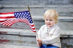 Hållande amerikanska flaggan för gullig litet barnpojke Arkivbilder