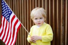 Hållande amerikanska flaggan för gullig litet barnpojke Royaltyfri Bild