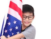 Hållande amerikanska flaggan för gullig litet barnpojke liten person 3d med det amerikanska hatt- och trafiktecknet på en vit bak Royaltyfria Bilder