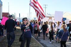 Hållande amerikanska flaggan för kvinna i kvinnors dagmarschen i Tulsa Oklahoma USA 1-20-2018 arkivbilder