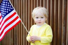 Hållande amerikanska flaggan för litet barnpojke Arkivbilder
