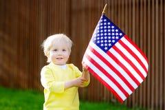 Hållande amerikanska flaggan för litet barnpojke Royaltyfri Foto