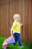 Hållande amerikanska flaggan för litet barnpojke Royaltyfri Bild
