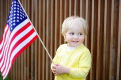 Hållande amerikanska flaggan för litet barnpojke Royaltyfri Fotografi