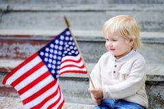 Hållande amerikanska flaggan för litet barnpojke Fotografering för Bildbyråer