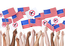 Hållande amerikanska flaggan för mänsklig hand royaltyfria foton