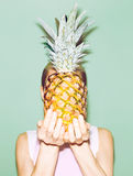 Hållande ananas för flicka Royaltyfria Foton