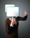 Hållande anförandebubbla för ung kvinna Arkivfoto