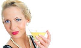 Hållande bägare för ung kvinna med coctailen. Royaltyfri Foto