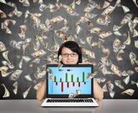 Hållande bärbar dator för affärskvinna med affärsdiagrammet Arkivbilder