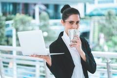 Hållande bärbar dator för affärskvinna för online-affär M arkivfoton