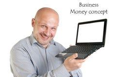 Hållande bärbar dator för affärsman på vit bakgrund. Royaltyfri Foto